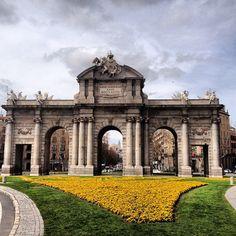 La Puerta de Alcalá en una Semana Santa de nubes y lluvia #madrid