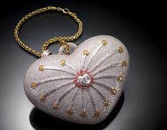 `1001 Nights Diamond Purse' de Mouawad. Según el libro de Récord Guiness, éste es el bolso más caro del mundo entero. Tiene forma de corazón con más de 4 mil diamantes y más de 4 mil piedras preciosas en color. Su precio es de 3.8 millones de dólares.