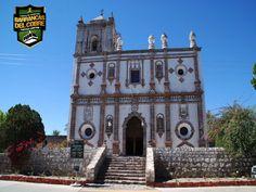 BARRANCAS DEL COBRE te dice.  visita la Misión San Ignacio. En el ejido San Ignacio de Arareko se encuentra esta misión jesuita del siglo XVIII. El pueblo que la alberga es típico tarahumara disperso en 20 mil hectáreas de bosque y es alrededor de la misión que se reúne la comunidad. A su lado, hay un museo que expone 45 pinturas de arte sacro. www.chihuahua.gob.mx/turismoweb