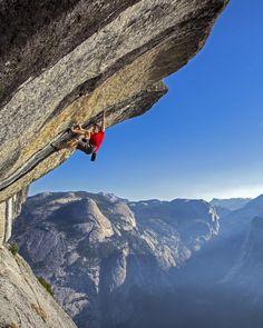 "alex honnold free soloing ""Heaven"" in Yosemite Solo Climbing, Alpine Climbing, Mountain Climbing, Yosemite Climbing, Traditional Photographs, Adventure Activities, Amazing Adventures, Extreme Sports, Bouldering"