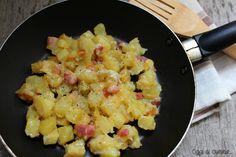 Le patate con pancetta e gorgonzola in padella sono un contorno ricco e saporito, buone anche come condimento della pasta.