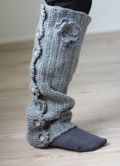 since I can't wear standard boots this tall maybe I would make these to match short boots! LOL Crochet Leg Warmers, Gray pastel beautiful fashionable leggings with crocheted rose Crochet Boot Cuffs, Crochet Leg Warmers, Crochet Boots, Crochet Gloves, Crochet Slippers, Crochet Scarves, Guêtres Au Crochet, Crochet Crafts, Crochet Projects