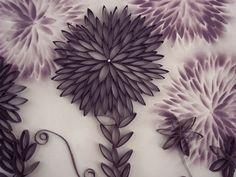 décoration murale originale en rouleaux de papier toilette vides et papier peint fleuri
