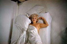 ハリウッドのパラマウント ギャラリーにおいて写真撮影中のマリリン・モンロー