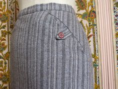 Grey striped wool tweed midi length pencil skirt with buttoned pockets and side slit - size 40 - French 70s 80s vintage