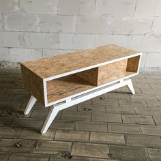 Cool handgemaakt dressoir van OSB hout met contrasterend wit onderstel.  /  Cool cabinet made of OSB wood with contrasting white legs.