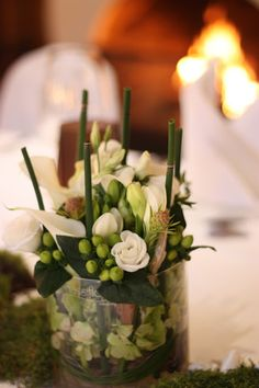 Center pieces mit Calla und Kaminfeuer, Hochzeit in den Bergen im Herbst im Hochzeitshotel Garmisch-Partenkirchen am Riessersee, Bayern, Natur, Moos, Wald, Erdtöne, Mountain wedding, weddings abroad, Bavaria, Garmisch wedding venue with wedding planner