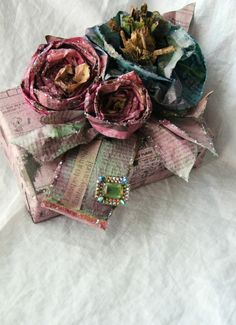 tutorial on how to make these GORGEOUS flowers from newspaper and food dye. how to wrap a stunning gift. come incartare un favoloso regalo. tutorial su come fare fiori di carta Handmade Flowers, Diy Flowers, Fabric Flowers, Vintage Flowers, Fun Crafts, Arts And Crafts, Paper Crafts, Amazing Crafts, Diy Projects To Try