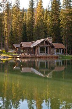 Idílica casa de campo frente al lago, hermosos diseños de casas de troncos, Lake Cabins, Cabins And Cottages, Mountain Cabins, Mountain Hiking, Lac Canada, Log Cabin Homes, Barn Homes, Big Sky, Cabins In The Woods
