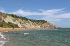 Pizzo Greco ligt in een groot gebied met ongerepte natuur direct aan een eigen naturistisch zandstrand met fijn roze zand. Het strand dat via een hellend pad te bereiken is, ligt beschut aan een rotsachtige kust...
