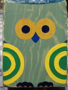 """*IT* Divertente scatola di legno con gufo colorato. Foderata. Legno lavorato e dipinto a mano. *ENG* Funny wooden box with colored owl. Lined. Worked and hand painted wood. *FR* Drôle boîte en bois avec hibou. Doublée.  Bois sculpté et peint à la main. - Puoi trovarmi anche su www.iltempogiusto.it, su Facebook (pagina """"Il Tempo Giusto""""), su Twitter (nebbioluna). Per contattarmi: nebbioluna@gmail.com"""
