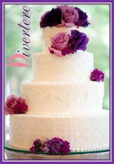 Pastel con flores en tonos rosas y morados