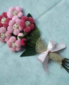 Buquê de flores de pompom para daminhas