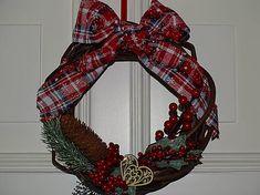 drevita / Vianočný veniec na dvere 4th Of July Wreath, Wreaths, Living Room, Decor, Decoration, Door Wreaths, Home Living Room, Deco Mesh Wreaths, Drawing Room