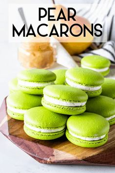 Pear Macarons Food Recipes For Dinner, Food Recipes Deserts Gourmet Recipes, Baking Recipes, Cookie Recipes, Dessert Recipes, Gourmet Foods, French Macaroon Recipes, French Macaroons, French Macaron Flavors, Macaroons Flavors