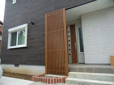 玄関前に縦格子で目隠し NO.336の施工後写真1 Tropical Front Doors, Kitchen Pantry Design, House Front Design, Cladding, House Colors, Exterior Design, Entrance, Architecture, Interior