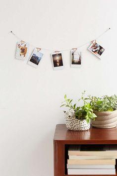 Os clips de cobre neste varal de fotografias são da Urban Outfitters.
