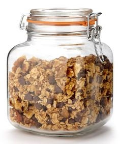 Suitable for storing frequently used ingredients, this vintage-style glass jar looks just as good on the countertop as it does in the pantry. It features a rubber gasket for sealing in freshness.