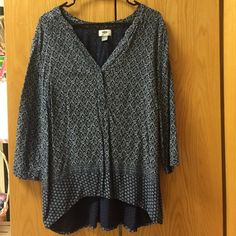 3/4 sleeve light top! Perfect for summer nights! 3 hidden front buttons to alter neckline as desired! Pattern shown in pics! Longer back, perfect with a pair of jeans ❤️ Old Navy Tops Tees - Long Sleeve