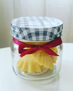 Här kommer ett recept på så kallade lotionsbars att smörja in sig med efter duschen. Man använder den som en tvål, fast efter duschen, ist...