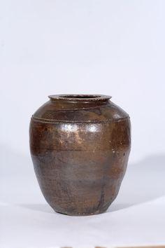 포항,영덕지방에서 보여지는 경상도 항아리 #Korea Pottery Korean Pottery, Vase Shapes, Thrown Pottery, Korean Traditional, Stoneware, Pots, Oriental, Porcelain, Antiques