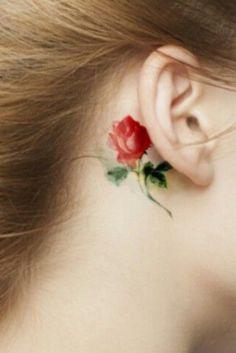 Tatouage de rose derrière l'oreille