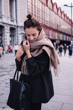 マフラーの巻き方を変えるだけでファッションの幅がぐっと広がりますね。ついついワンパターンになりがちですが、いつもと雰囲気を変えたい時にはぜひちょっとだけマフラーの巻き方を変えてみてください。冬のお洒落があったかくて楽しいものになるはずですよ。