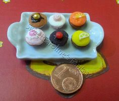 Vassoio con cupcake in pasta polimerica, scala 1:12 / Stand tray with macarons in polymer clay, 1:12 scale
