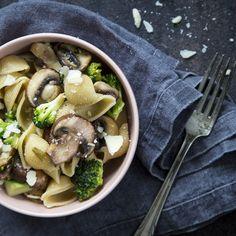 Broccoli mushroom pasta. http://www.jotainmaukasta.fi/2016/04/14/parsakaali-herkkusienipasta/