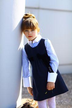 Школьная форма Lapin House для девочки: тёмно-синий сарафан и рубашка с высокими манжетами