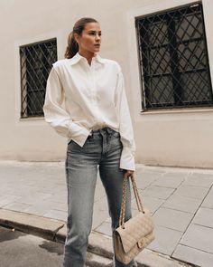Der perfekte Alltagslook: Blue Jeans zu unserer weißen Diana Bluse - ein Look, der wirklich immer geht! #alltagslook #weißebluse #ayenlabel Smart Casual Outfit, Casual Outfits, Work Outfits, Blue Jeans, Lässigen Jeans, Outfit Jeans, Blazer, Mantel, Bell Sleeve Top