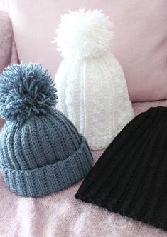 En virkad vit flät-mössa med tofs. En svart baggymössa . Och en ljusblå minimössa med tofs. En bra start på virkåret 2013. Mössor är...