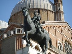 """pośmiertny pomnik kondotiera Erasma da Narni, """"Gattamelaty"""", w Padwie; połowa XV w, dłuto Donatella unaoczniające virtu, cnotę i mężność."""