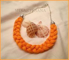 Collar en hilo de algodón trenzado, color naranja.