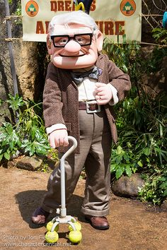 Information about Carl Fredricksen (Carl, Mr. Fredricksen) and pictures of Carl Fredricksen including where to meet them and where to see them in parades and shows at the Disney Parks (Walt Disney World, Disneyland, Disneyland Paris, Tokyo Disneyland) Disney Up, Disney Love, Disney Magic, Disney Parks, Disney Pixar, Walt Disney, Carl Fredricksen, Up Halloween Costumes, Disney Characters Costumes