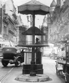 Garita para dirigir el tránsito en Callao y Corrientes en 1934. AGN