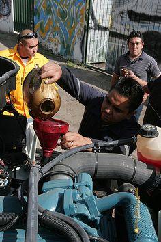 Nezahualcóyotl, Méx. 07 Agosto 2013. Antes de salir a campo, Juan y Víctor debieron checar todos los detalles necesarios que les permitan desempeñar su tarea sin contratiempos; checar el aceite y combustible es básico en el primer día de  trabajo de la pipa 056.
