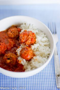 une recette express de boulettes de boeuf cuites au mijoteur, à faire pour retrouver des recettes d'enfance très régressives Meat Recipes, Slow Cooker Recipes, Crockpot Recipes, Healthy Recipes, Healthy Meals, Good Food, Yummy Food, Delicious Meals, Batch Cooking