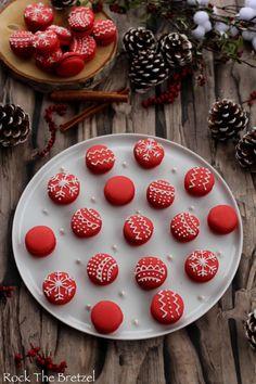 gateau noel Macarons aux pices de Nol - Rock the Bretzel Christmas Cupcakes, Christmas Desserts, Christmas Treats, Macaron Flavors, Macaron Recipe, Holiday Baking, Christmas Baking, Drinks Tumblr, Rock The Bretzel