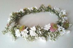 Coroncina di fiori per un matrimonio dal tocco bohemian  #bohowedding #weddinglowcost #matrimoniolowcost Flower crown for a boho wedding
