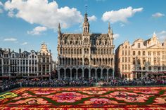 Grand Place, Belgium Every two years, hundreds of volunteers create an enormous flower carpet in front of Brussels' town hall. The spectacular display honours Belgium's status as the world's largest grower of begonias. Beautiful World, Beautiful Places, Beautiful Pictures, Amazing Gardens, Beautiful Gardens, Beautiful Flowers, Great Places, Places To See, Amazing Places