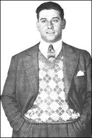 """Henri Guillaumet - Pilote d'un courage exceptionnel, il traverse 393 fois la Cordillère des Andes et reçoit le surnom """"d'ange de la Cordillère"""" ; il disparait avec Reine, au dessus de la Méditerranée en 1940. Reine est le quatrième mousquetaire des as de l'Aéropostale ; deux fois prisonnier des Maures ; il faut lire son livre """"Chez les fils du désert"""". Sa disparition en 1940 vient d'être élucidée ; l'avion civil qu'il pilotait a été abattu par un avion de chasse italien..."""