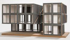 Container entwickeln sich immer mehr zum Piktogramm für ein neues  urbanes Lebensgefühl und zugleich zum Objekt moderner Baukunst. Der Container  wird zum Mikro-Haus, sitzt als schickes Penthouse auf Dächern unserer  Metropolen, stapelt sich zu Wohnhäusern oder Gründerzentren, wird zum  designprämierten Flagship-Store und fungiert zum Schnell-Gebäude, das bei  Raumnot Abhilfe schafft.