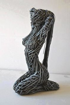 Woman - Sculpture English artist Richard Stainthorp captures the beautiful energy and fluidity of the human body using wire. The life-sized sculptures feature both figures i Human Sculpture, Sculpture Metal, Sculptures Sur Fil, Wire Sculptures, Wow Art, Art Plastique, Oeuvre D'art, Metal Art, Human Body
