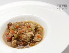 Una receta estupenda para preparar estos días entre las copiosas comidas navideñas. Es un pollo elaborado en salsa con verduras, sano, sabroso y jugoso.