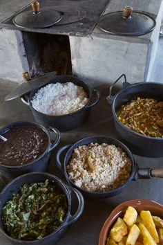Autêntica comida brasileira, com o luxo de ter sido feita em fogão à lenha e em panelas de ferro.  Fotografia: Ricardo Labougle.