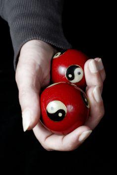 Para favorecer el amor y la unión de la pareja, los objetos de decoración en el Sudoeste deben de ser siempre pares. Dos patos mandarines considerados en China portadores de felicidad. Dos peces símbolo de la suerte. Dos bolas Yin Yang que simbolizan unión perfecta entre hombre y mujer. En madera, cerámica o cristal, lo importante es que los objetos sean dos o cualquiera de sus múltiplos. https://www.facebook.com/pages/Vida-y-Feng-Shui/134972643365688#