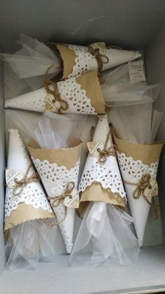 A simple, beautiful and perfect craft for your DIY wedding .- Una manualidad sencilla, bonita y perfecta para tu boda DIY. A simple, beautiful and perfect craft for your DIY wedding. Wedding Favours, Diy Wedding, Party Favors, Wedding Gifts, Wedding Things, Dream Wedding, Diy And Crafts, Paper Crafts, Paper Cones