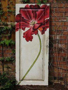 Que tal aproveitar aquela porta velha e deixar seu jardim ainda mais incrível?