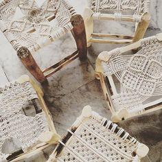 Trendalarm: Macramé Décor ist zurück und besser als je zuvor - DIY Makramee - Macrame Macrame Art, Macrame Projects, Macrame Knots, Diy Projects, Macrame Modern, 70s Decor, Home Decor, Macrame Chairs, Macrame Tutorial